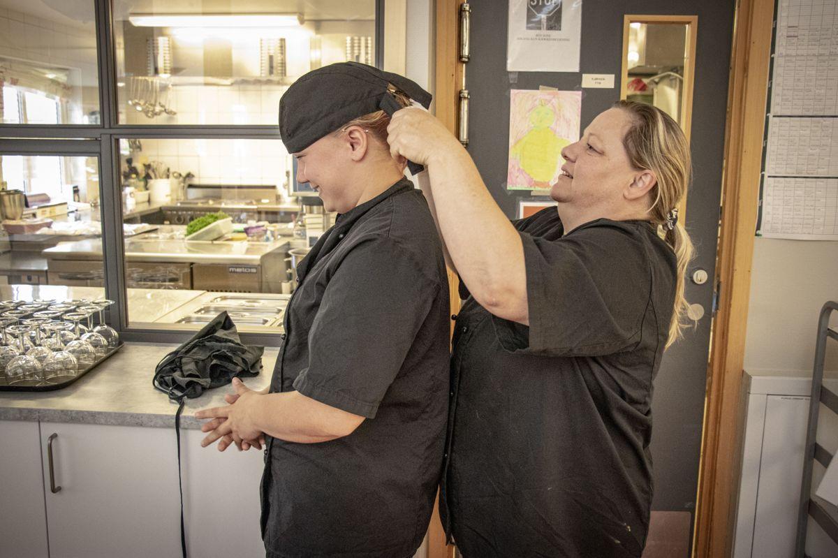 18-åringen Ruth-Margrethe Nilsen er lærling ved Flåheimen og skal i sommer ta over matstellet for opptil 30 personer hver dag. Her overlater Ann-Kristin Løvli kjøkkenet til Nilsen.