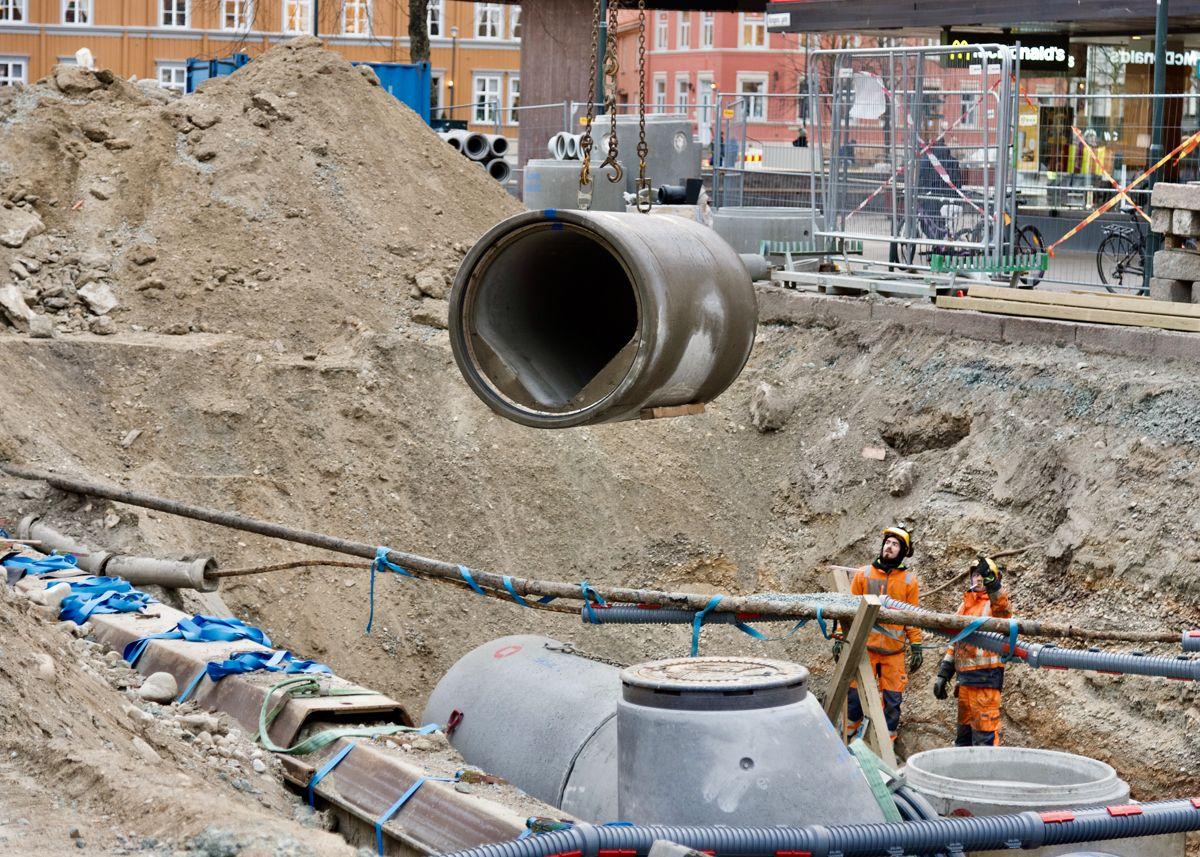 På Torvet i Trondheim ble store betongrør brukt for å bygge såkalte fordrøyningsbasseng, hvor overvann fra kraftige regnskyll lagres og forsinkes for å hindre oversvømmelser.