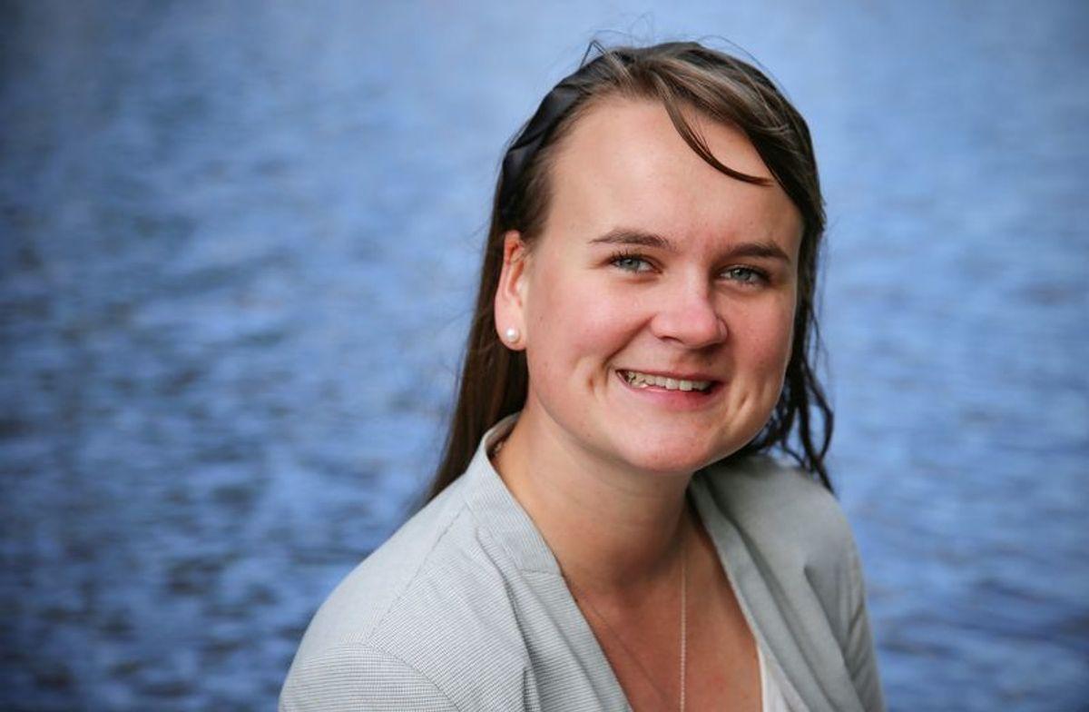 Marit Knutsdatter Strand (Sp) er opptatt av å fullfinansiere bemanningsnormene i barnehagene og vil utrede mer før partiet kan si om kommuner bør få mulighet til å styre finansieringen av private barnehager selv.