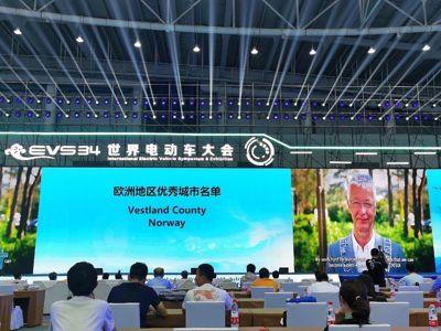 Fylkesordfører Jon Askeland (Sp) i Vestland takket for prisen i en video under den internasjonale mobilitetskonferansen i Nanjing i Kina 28. juni. Neste år holdes konferansen i Lillestrøm.
