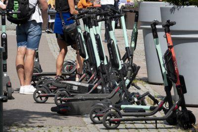 Et flertall ønsker et forbud mot å kjøre elsparkesykler på fortau i Oslo.