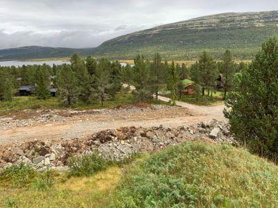 Slik så det ut da en av grøftene i hytteområdet var ferdig utfylt, men ennå ikke pyntet til.