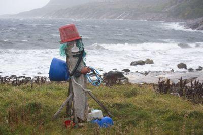 Kvart år endar rundt åtte tonn plast i havet. I den nye plaststrategien til Regjeringa er marin forsøpling ein viktig del. Dette søppeltrollet i Osen er laga av rekved og plast funnet i fjæra.
