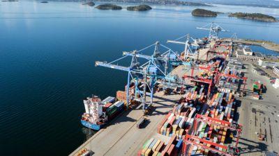 Yilport sin terminal i Oslo. Tre skip ligger inne i havn og fire kraner er i sving for å losse disse.