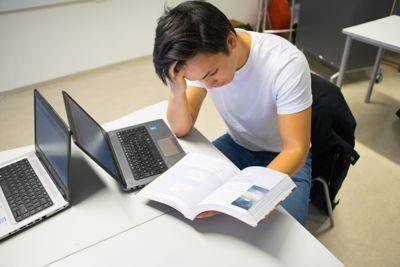 Ferske videregåendeelever i Agder bes nå om å ta med egen PC, siden elev-PC-ene er inntil to måneder forsinket.