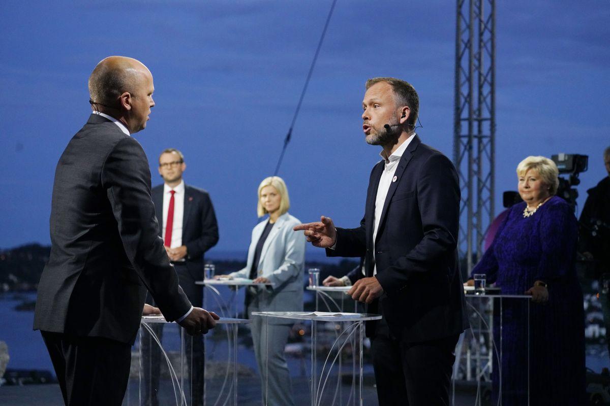Leder i Senterpartiet Trygve Slagsvold Vedum og leder i Sosialistisk Venstreparti Audun Lysbakken i duell om nullutslippssoner under NRKs direktesendte partilederdebatt i Arendal.
