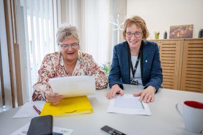Ordfører Kari Anne Sand (Sp) (t.h.) og rådmann Wenche Grinderud i Kongsberg har grunn til å smile når de ser rangeringen i årets kommunebarometer.
