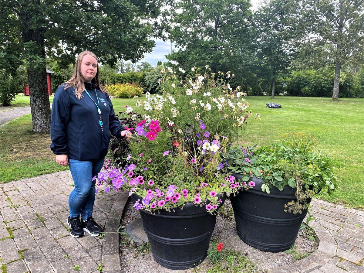Helsefagarbeider og tillitsvalgt Caroline Obrestad mener bemanningen på norske sykehjem må opp dersom kommunene skal klare å gi beboerne muligheten til aktiviteter og turer ute i frisk luft.