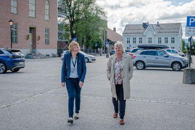 Kongsberg-ordfører Kari Anne Sand (t.v.) er på leting etter rådmann Wenche Grinderuds etterfølger. Grinderud etterlater seg en kommune som gikk til topps i årets Kommunebarometer.