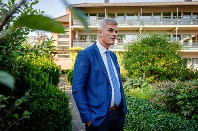 Ordfører Bjørn Ole Gleditsch (H) i Sandefjord besøker Mosserødhjemmet, en privat stiftelse drevet av Syvendedags Adventistkirken. Her kjøper Sandefjord 53 sykehjemsplasser.