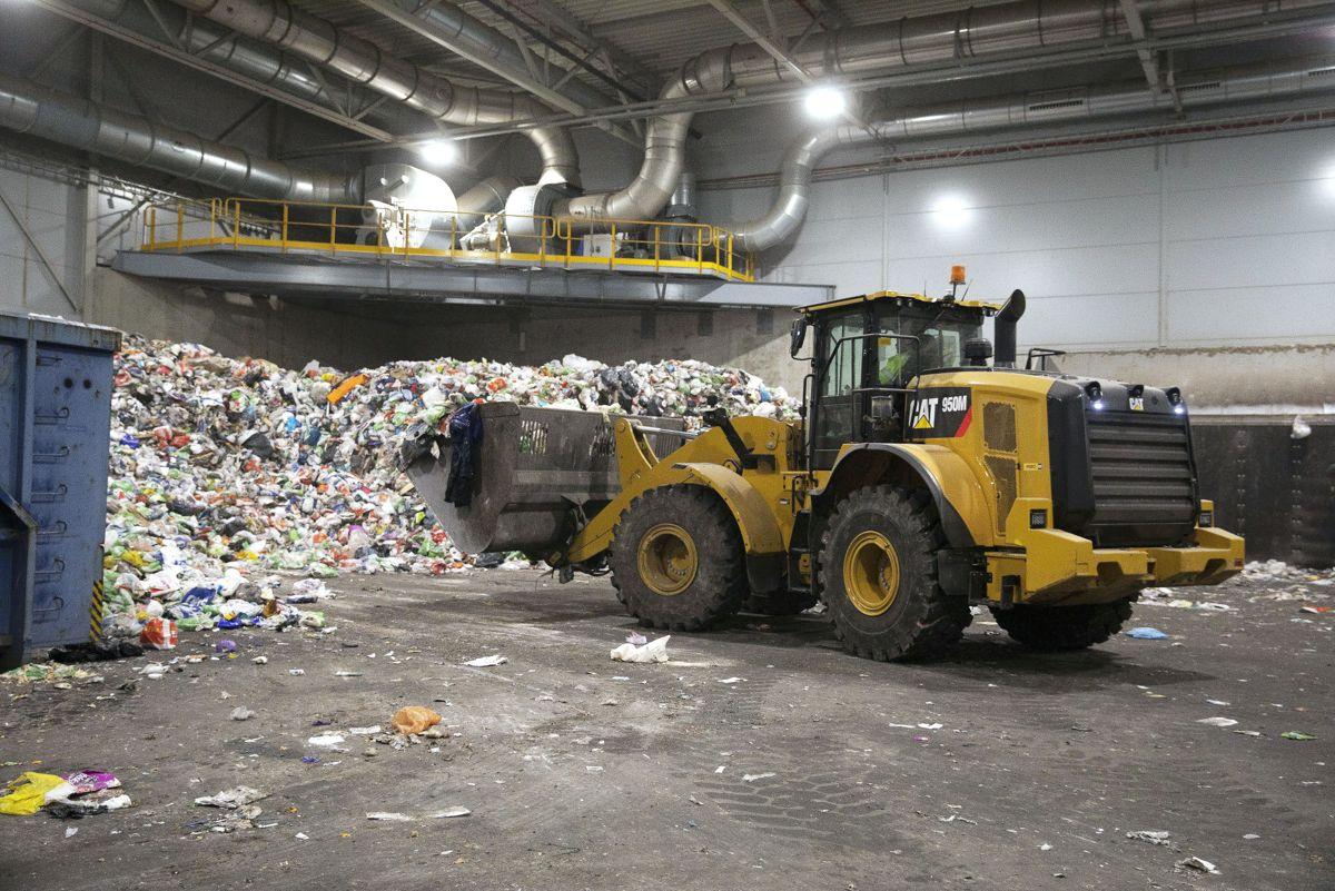 Produsentene har et økonomisk ansvar for emballasjen på sine produkter også når det blir avfall, men deler av regningen sendes til innbyggerne, skriver Svein Kamfjord.