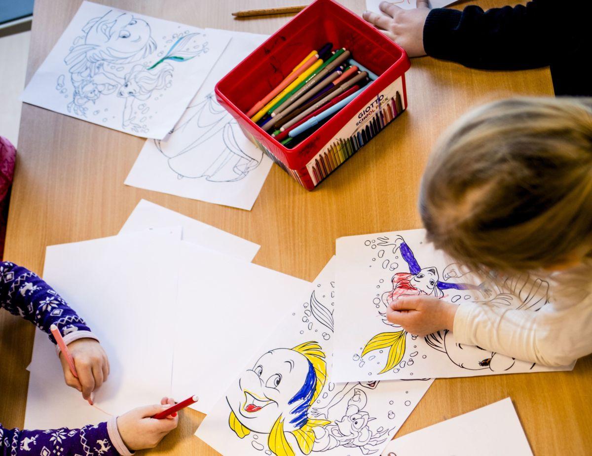 Den rødgrønne regjeringen vil stryke pedagognormen ved å stille krav om at minst 50 prosent av de ansatte er barnehagelærere, og øke delen fagarbeidere med mål om 25 prosent.