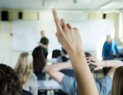 Fylkespolitikere raser mot regjeringen som vil skrote nærskoleprinsippet. Men et flertall av skoleledere som har svart på en undersøkelse vil ha karakterbasert opptak.