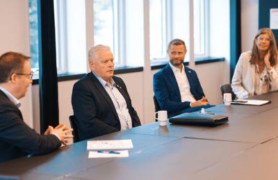 Styreleder Bjørn Arild Gram i KS (f.v.), leder i Pensjonistforbundet Jan Davidsen, helse- og omsorgsminister Bent Høie (H) og leder Wenche Halsen ved Senteret for aldersvennlig Norge under lanseringen av håndboka.