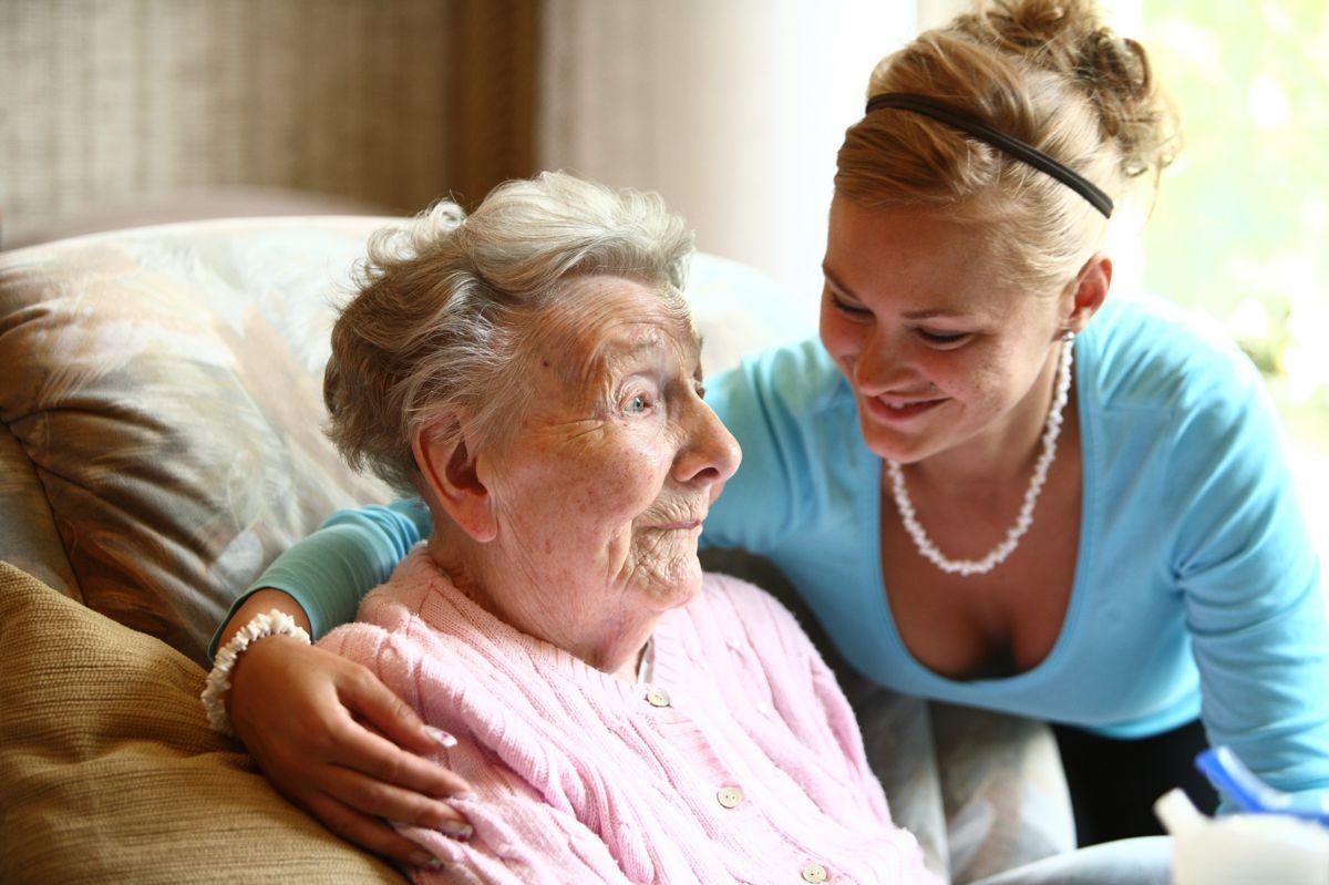 Privat pleier hjelper eldre, 90 år gammel kvinne i hjemmet. Illustrasjonsfoto: Hartmut Schwarzbach / Argus / Samfoto