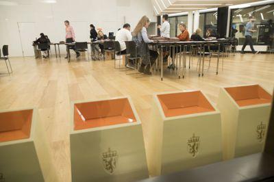 I brevet fra KMD står det at dersom kontrolltellingen av stemmesedlene foretas av fylkesvalgstyret selv, vil alle ha rett til å være til stede under opptellingen. Her manuell stemmetelling for Oslo i KS' lokaler i Vika under stortingsvalget i 2017.