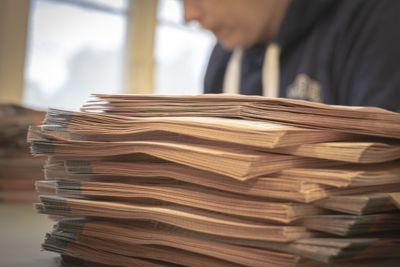 Mange velgere forstår ikke hvordan de kan endre rekkefølgen på kandidatene under stortingsvalg, konkluderer fylkesvalgstyret i Nordland. Her fra årets stemmeopptelling i Bærum.