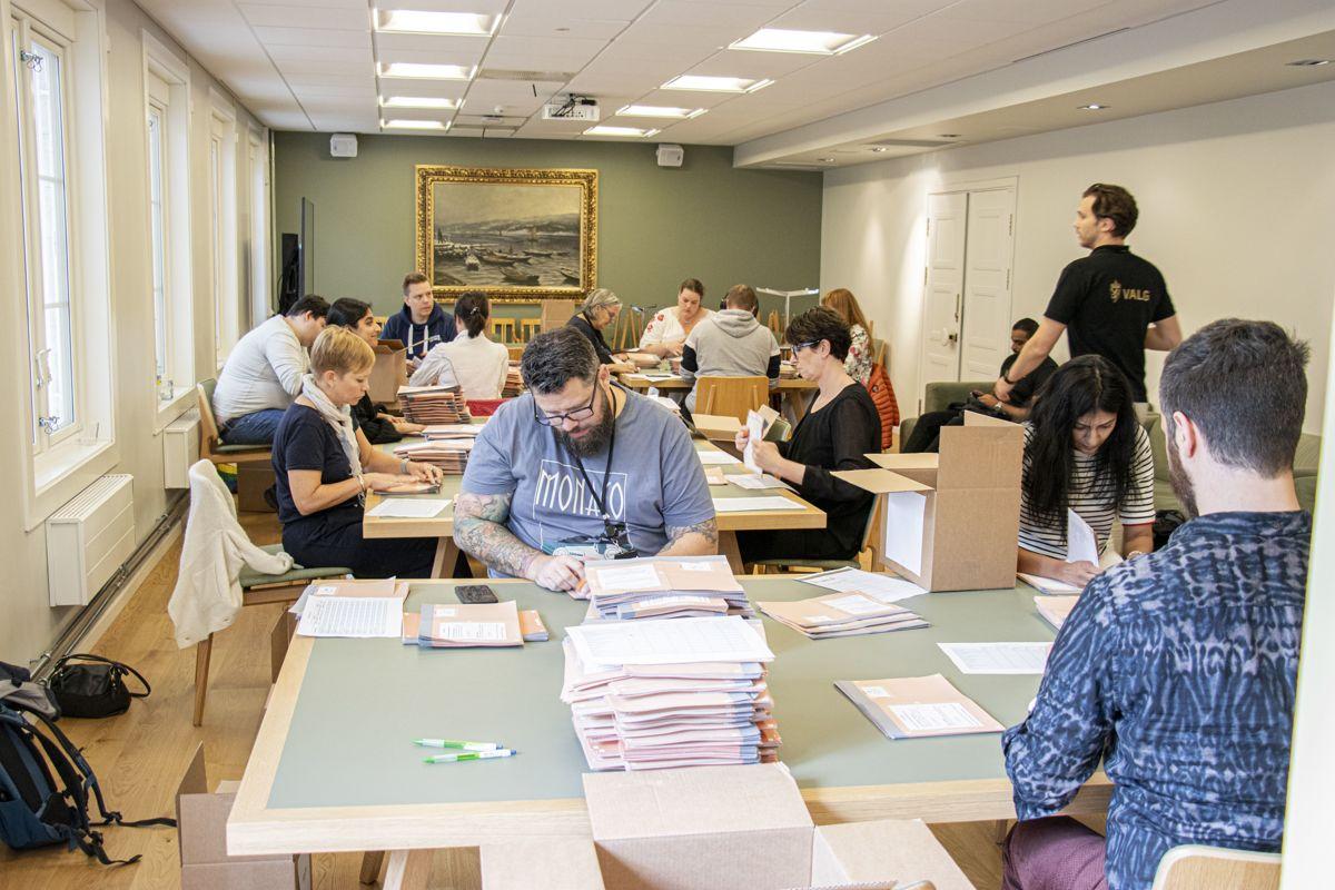 Valgfunksjonærer teller forhåndsstemmer i Bærum rådhus på selveste valgdagen 13. september 2021.
