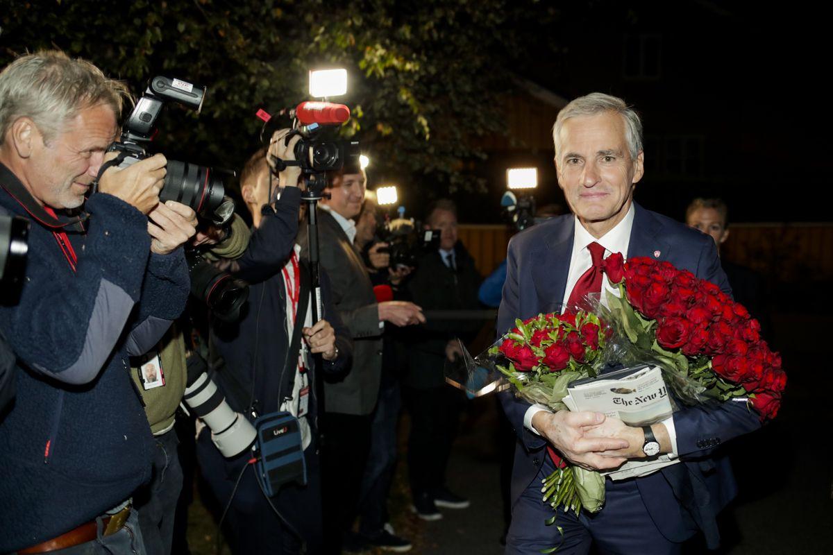 Ap-leder Jonas Gahr Støre på vei hjem til sin bolig i Oslo etter en lang valgkamp. Tirsdag starter arbeidet med å danne en ny regjering.