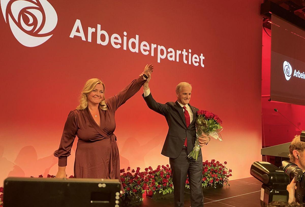 Arbeiderpartiets leder Jonas Gahr Støre og partisekretær Kjersti Stenseng takker partifellene på valgvaken.