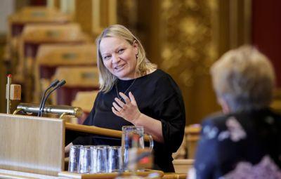 Mona Fagerås (SV) fikk hjelp fra noen sene forhåndsstemmer tirsdag kveld. Her fra spørretime i Stortinget.