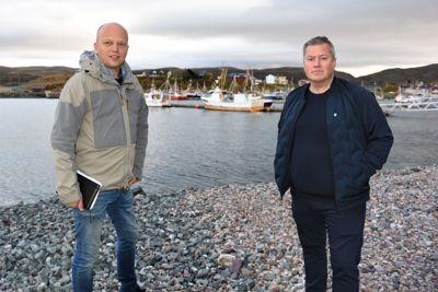 – Det er ikke sikkert våre innbyggere kjenner seg igjen i det nasjonale mediebildet, sier ordfører Ronald Wærnes (Sp) i Båtsfjord. Her sammen med Sp-leder Trygve Slagsvold Vedum som besøkte Båtsfjord i september 2020.
