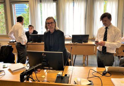 Hilde Thorkildsen risikerer halvannet år i fengsel. Her sammen forsvarer Arnt Angell (t.h.) og forsvarer Thomas Skjelbred (t.v.).