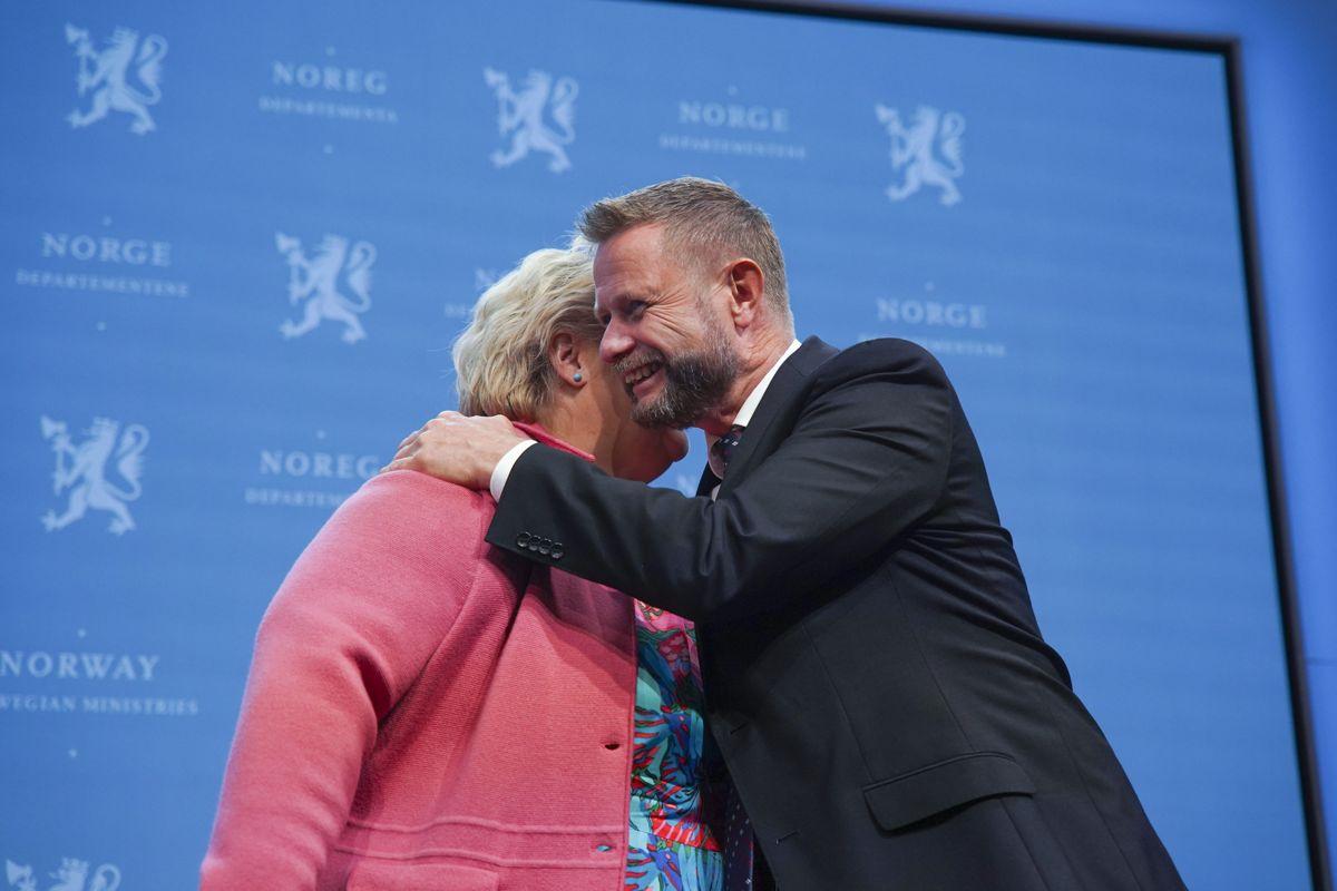 Statsminister Erna Solberg og helseminister Bent Høie gir hverandre en klem under pressekonferanse om koronasituasjonen fredag.
