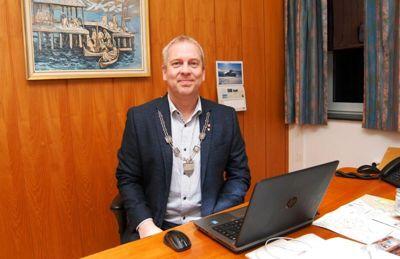 En ny kommunedirektør får dårlig økonomi og Robek-innmelding i fanget. Her er ordfører i Lødingen kommune, Hugo Jacobsen (Ap). Han bekrefter at samarbeidet med kommunedirektøren ikke fungerte helt som han hadde håpet.
