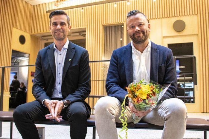 Modalen og Grimstad kommuner troner på toppen av Åpenhetsbarometeret 2021. De fikk applaus under Åpenhetsseminaret i Oslo. Her representert ved ordfører Kjetil Eikefet (t.v.) i Modalen kommune og kommunikasjonssjef Petter N. Toldnæs i Grimstad.