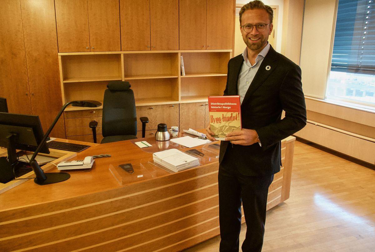 Nikolai Astrup, avtroppende kommunal- og moderniseringsminister, er så godt som ferdig med å rydde statsrådskontoret, men en historiebok om distriktspolitikkens historie blir liggende igjen.