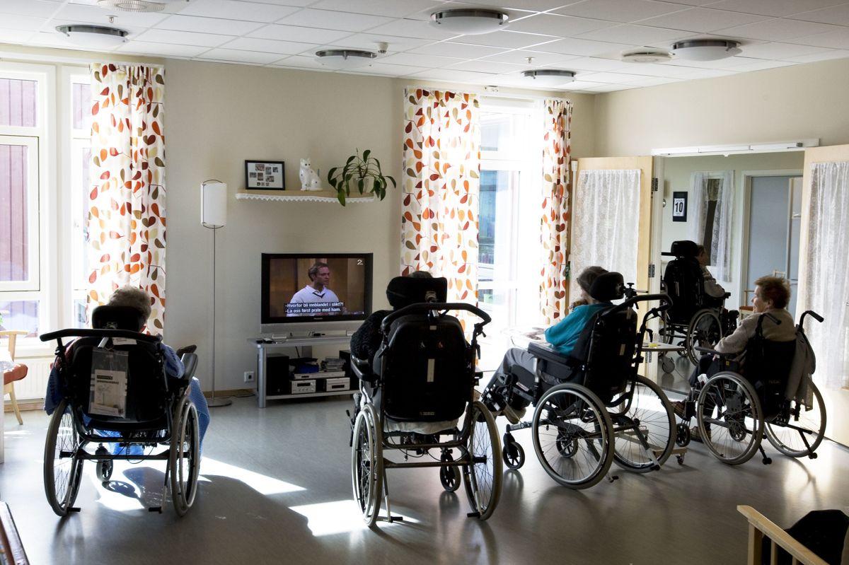Mange eldre på sykehjem får god omsorg og gode tjenester, men det er for store forskjeller i kvaliteten, mener avtroppende helseminister Bent Høie (H). Han vil at det digitale verktøyet Trygghetsstandard tas i bruk i hele landet.