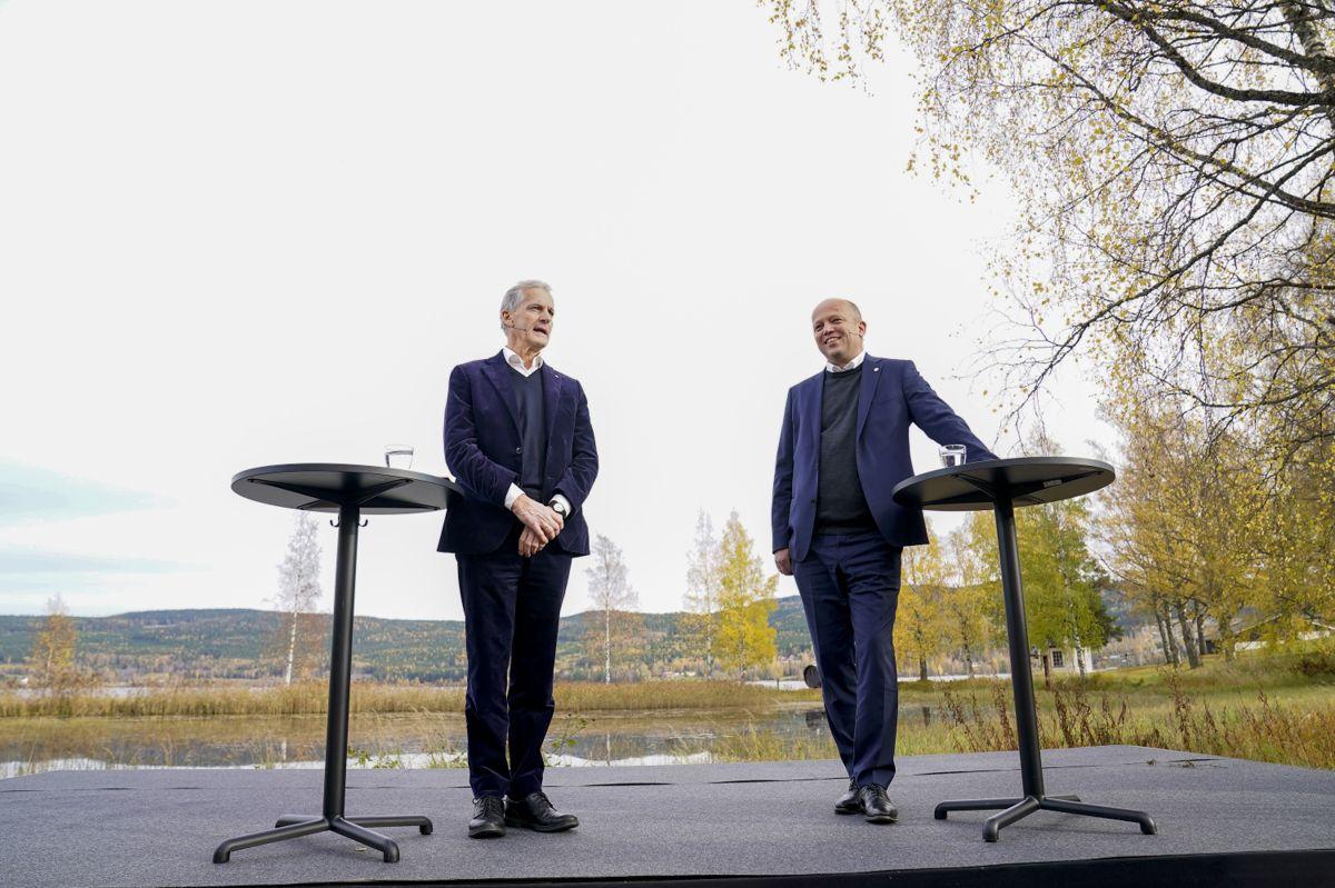 Leder i Ap Jonas Gahr Støre t.v. og leder i Sp Trygve Slagsvold Vedum legger fram regjeringsplattformen ved Hurdalsjøen hotell.