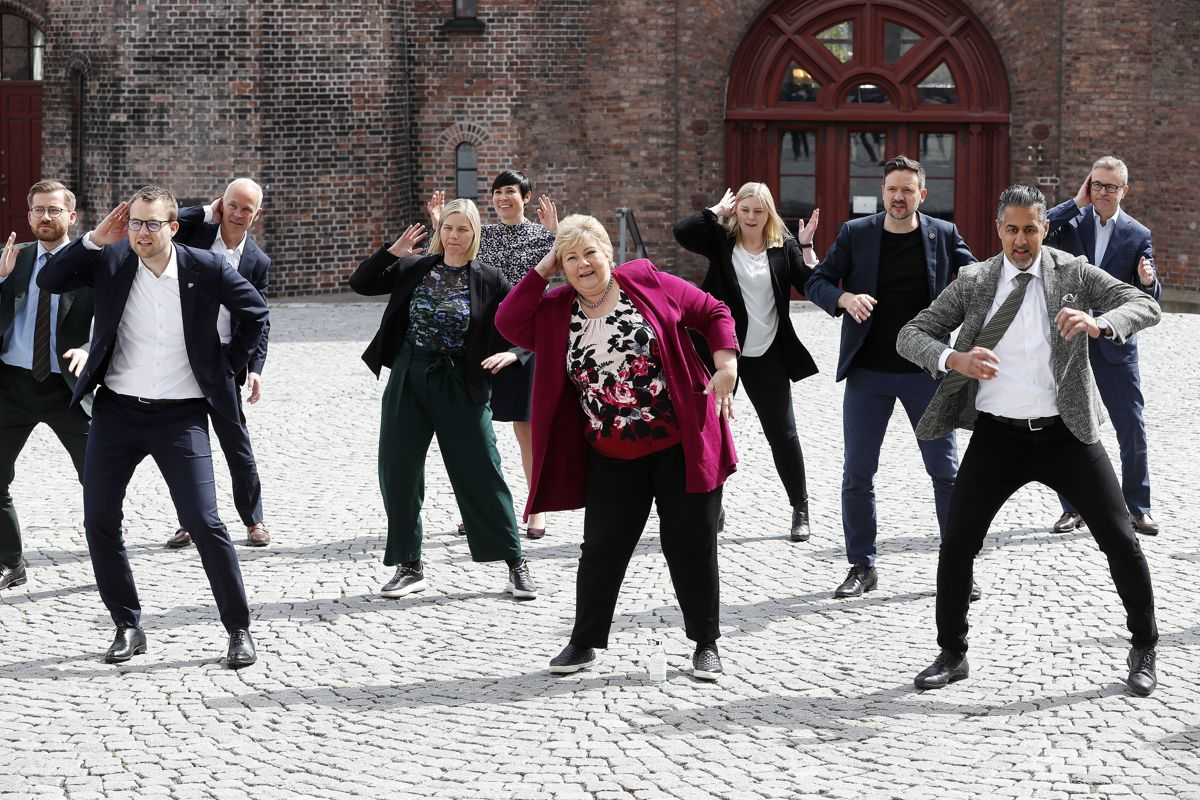 Statsrådslivet byr på mange utfordringer. Her varmer regjeringen Solberg opp til 17. mai 2020 ved å bidra til NRK Supers musikkvideo «Til Dovre faller».