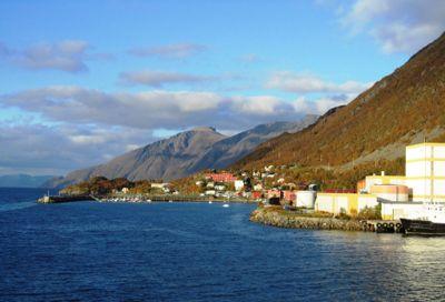 Loppa kommune fikk fem pålegg etter at Arkivverket hadde vært på tilsynsbesøk. Disse må være rettet opp i innen 1. juni neste år. Her fra kommunesenteret Øksfjord.
