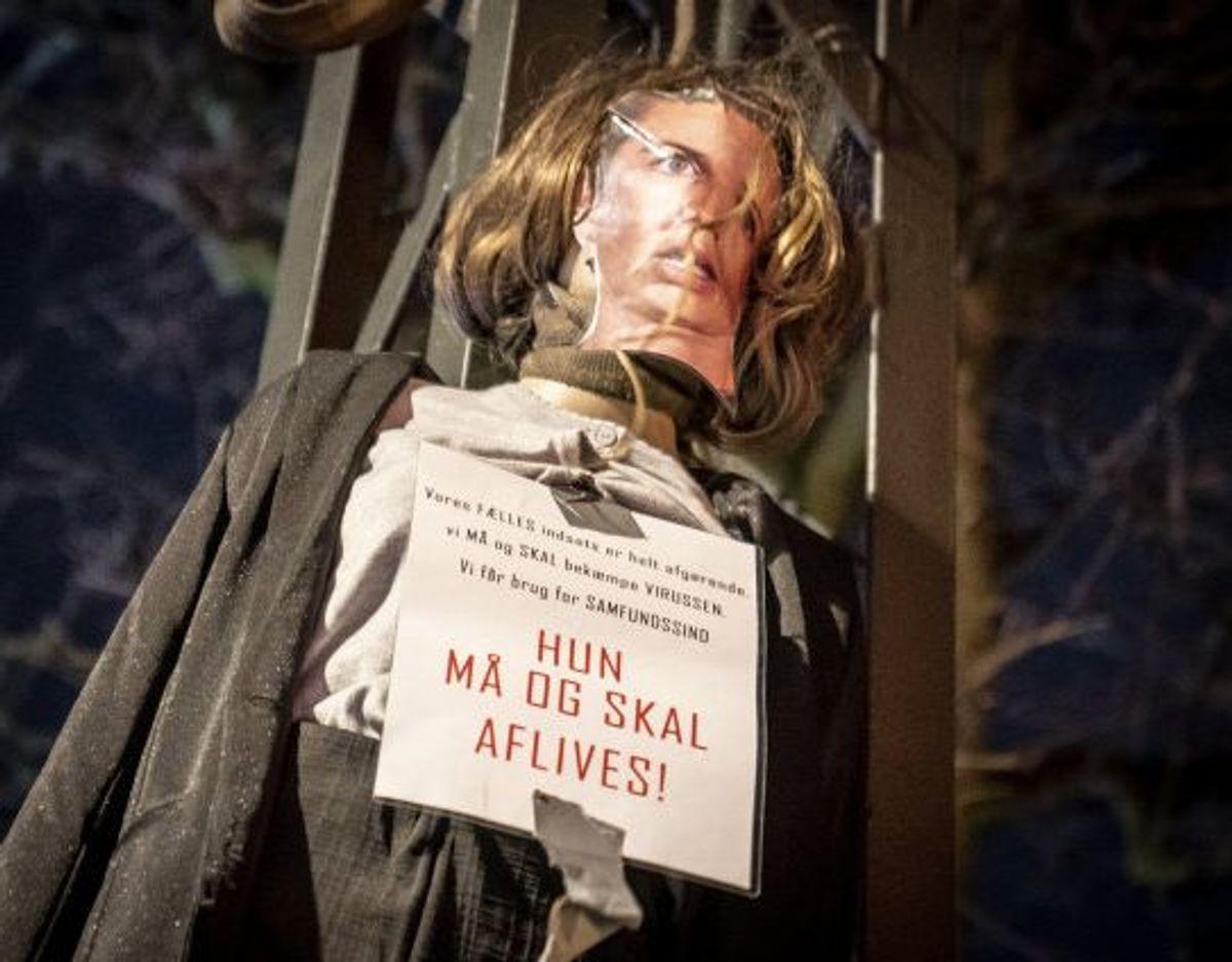Her ses dukken af Mette Frederiksen, inden der blev sat ild til den. Foto: Mads Claus Rasmussen/Scanpix. KLIK VIDERE OG SE DEN I FLAMMER