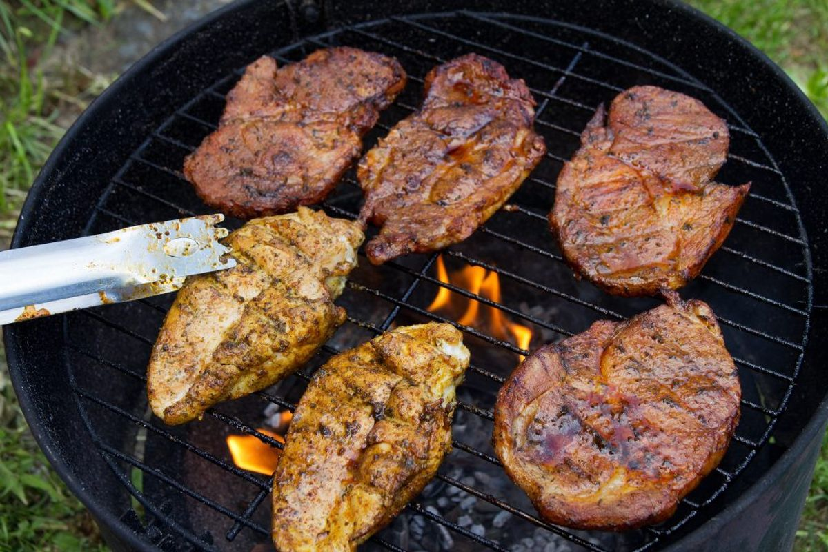 Brug to grilltænger – én til råt og én til stegt kød. Kilde: Fødevarestyrelsen. Arkivfoto.