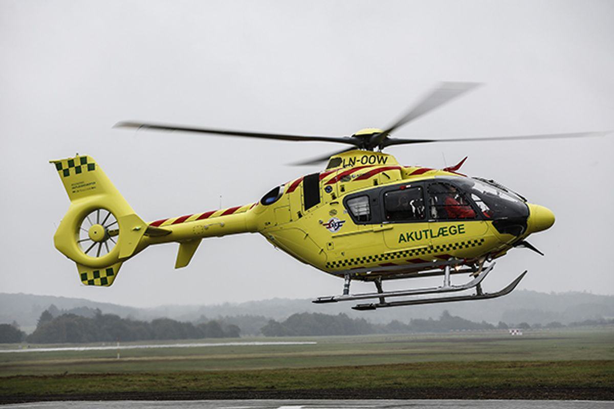 En 19-årig mand, der er faldet af en lastbil under studenterkørsel, er fløjet til Rigshospitalet med hovedskader. Foto: René Lind Gammelmark