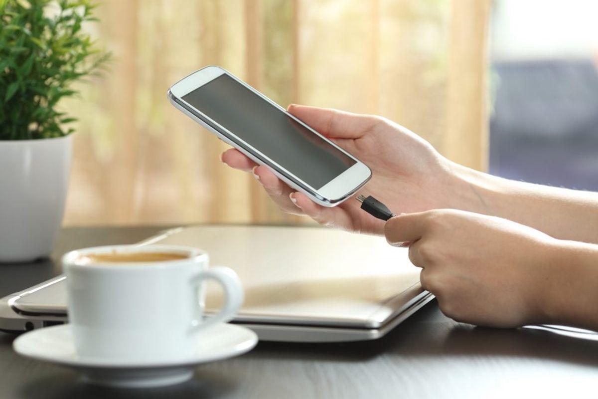 Sørg for at din mobiltelefon er opladet, så du kan tilkalde hjælp, hvis du er så uheldig at ende i grøften. Det kan også være, du skal give besked til hjemmet, arbejde eller børnehaven om, at du er forsinket. Kilde: FDM. Arkivfoto.