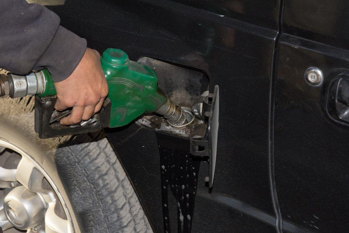 Det koster at fylde brændstof på bilen. KLIK og se listen over de 10 familiebiler, der kører længst på en liter. Foto: Colourbox.
