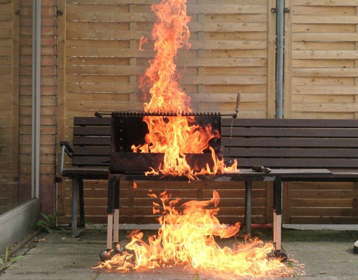 Sørg for at have vand tæt ved grill, bål eller ukrudtsbrænder i tilfælde af, at det går galt. Ring 112 hvis uheldet er ude. Foto: Ritzau Scanpix/ Arkiv