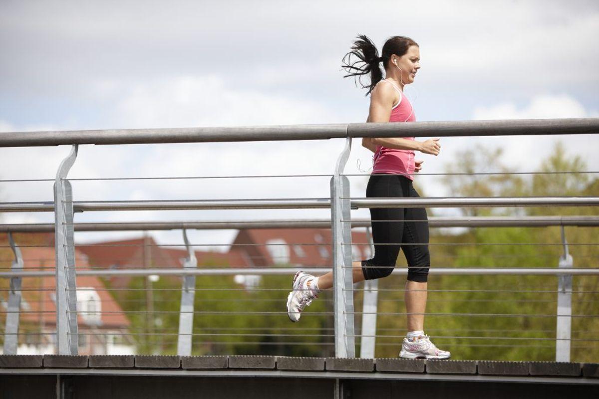 Træningsmængde, intensitet, løbestil, forkert teknik og skadehistorik kan spille ind.