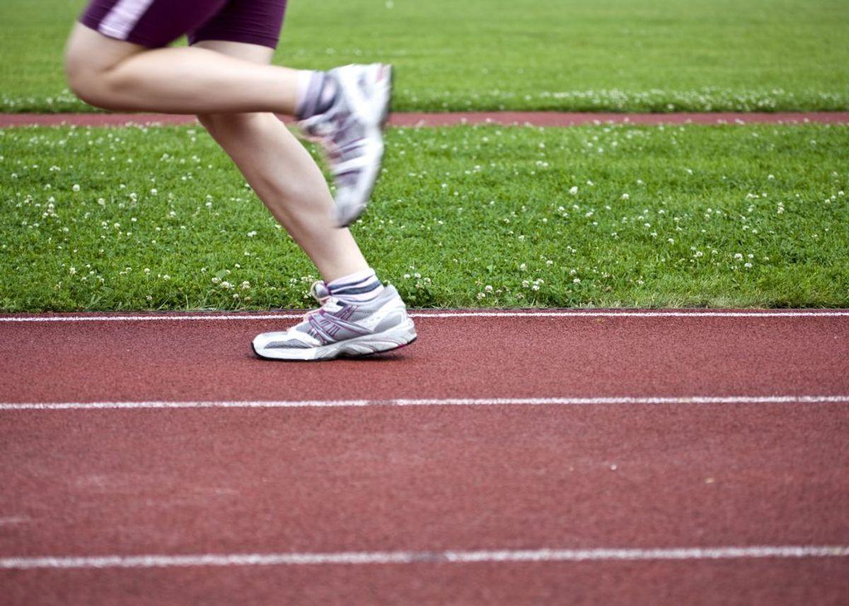 Forsøg at nedjustere træningsmængden eller droppe intervalløbet i en periode, hvis du får gener og moderate smerter.