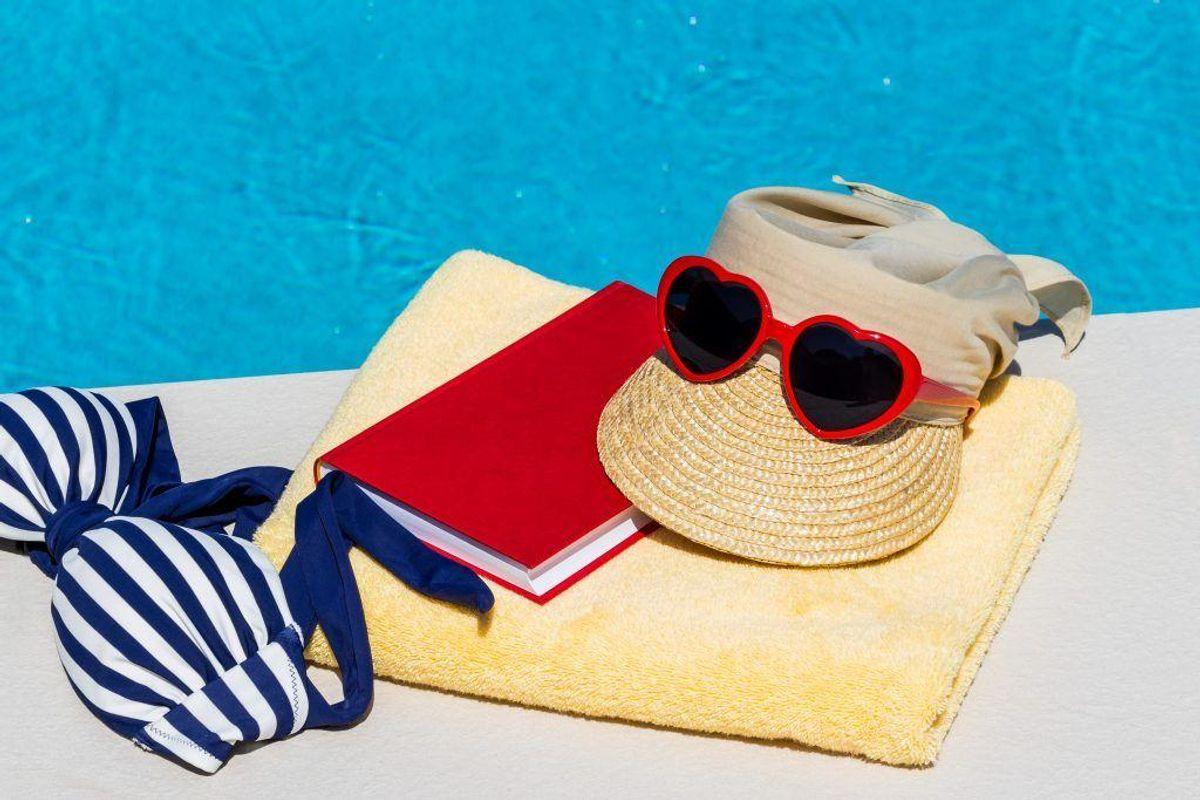– Det kan være vanskeligt og ubehageligt at bruge solcreme i området omkring øjnene. Her kan en bredskygget solhat hjælpe med at skabe skygge til øjnene eller solbriller med uv-filter. Foto: Colourbox.com.