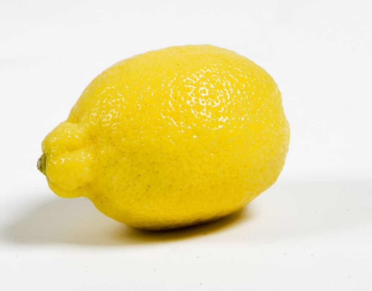 Citroner er også sure. Det samme gælder her. Derfor er det vigtigt, at du for eksempel – når du griller fisk – venter med at putte citron ind i sølvpapirspakken.