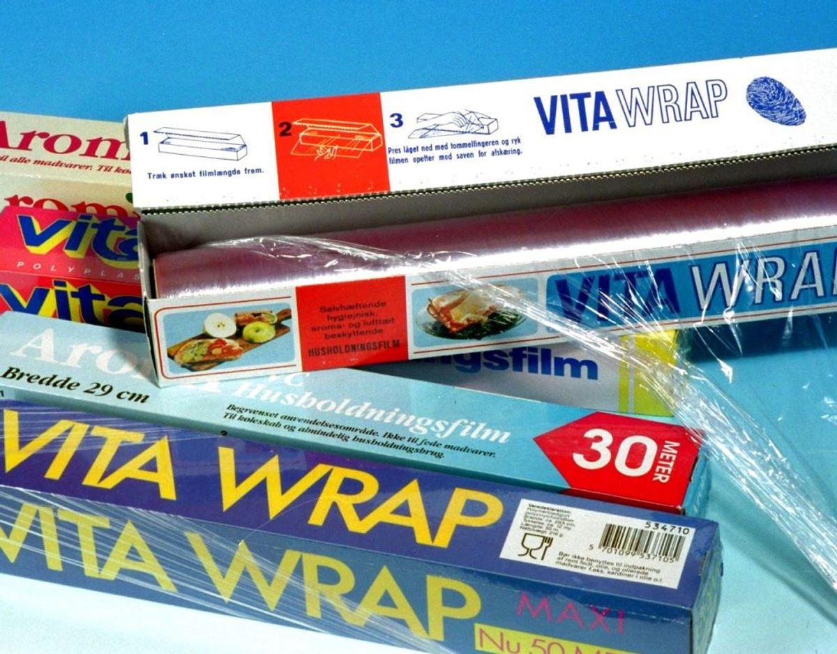 Løsningen kan være at bruge husholdningsfilm til madpakke eller køleskab. Alternativt kan bagepapir også gå an.