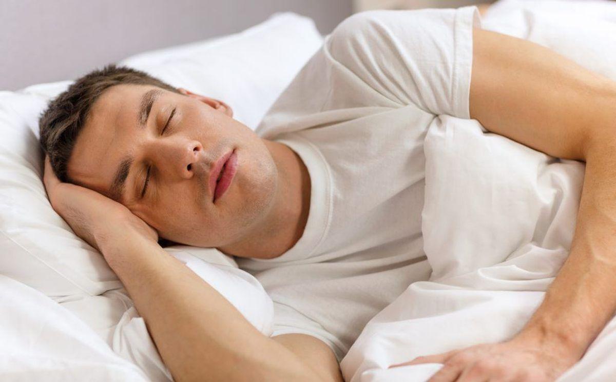 Lad være med at kigge på skærme med blåt lys i to– tre timer, før du skal sove.