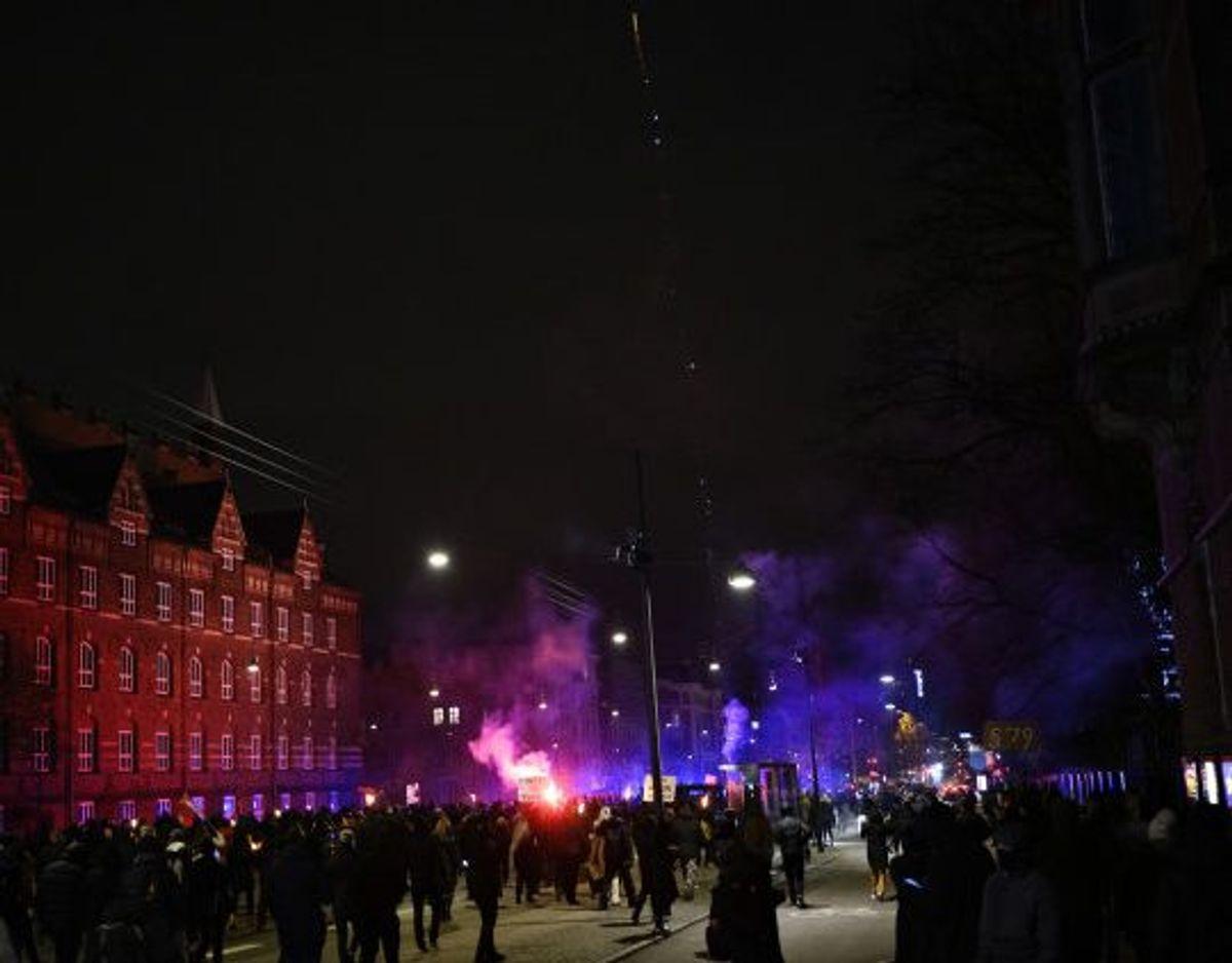 Gruppen Men In Black demonstrerede 9. januar på Rådhuspladsen i København. I løbet af aftenen talte en kvinde til de flere hundrede fremmødte, og ifølge politiet opfordrede hun i den forbindelse til hærværk. I første omgang slap kvinden for varetægtsfængsling, da byretten løslod hende, men landsretten var uenig. Torsdag aften blev hun derfor anholdt igen. KLIK FOR FLERE BILLEDER FRA DEMONSTRATIONERNE.(Arkivfoto) Foto: Philip Davali/Scanpix