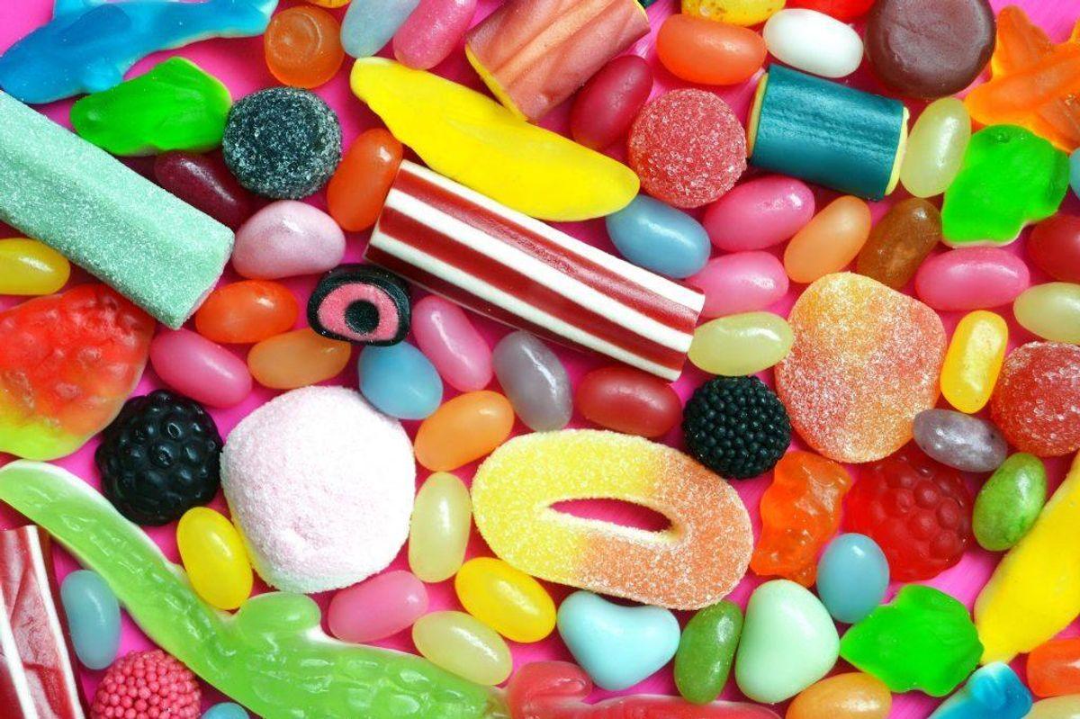 Slik – sødestoffet xylitol, som også findes i tyggegummi, er giftigt for hunde.