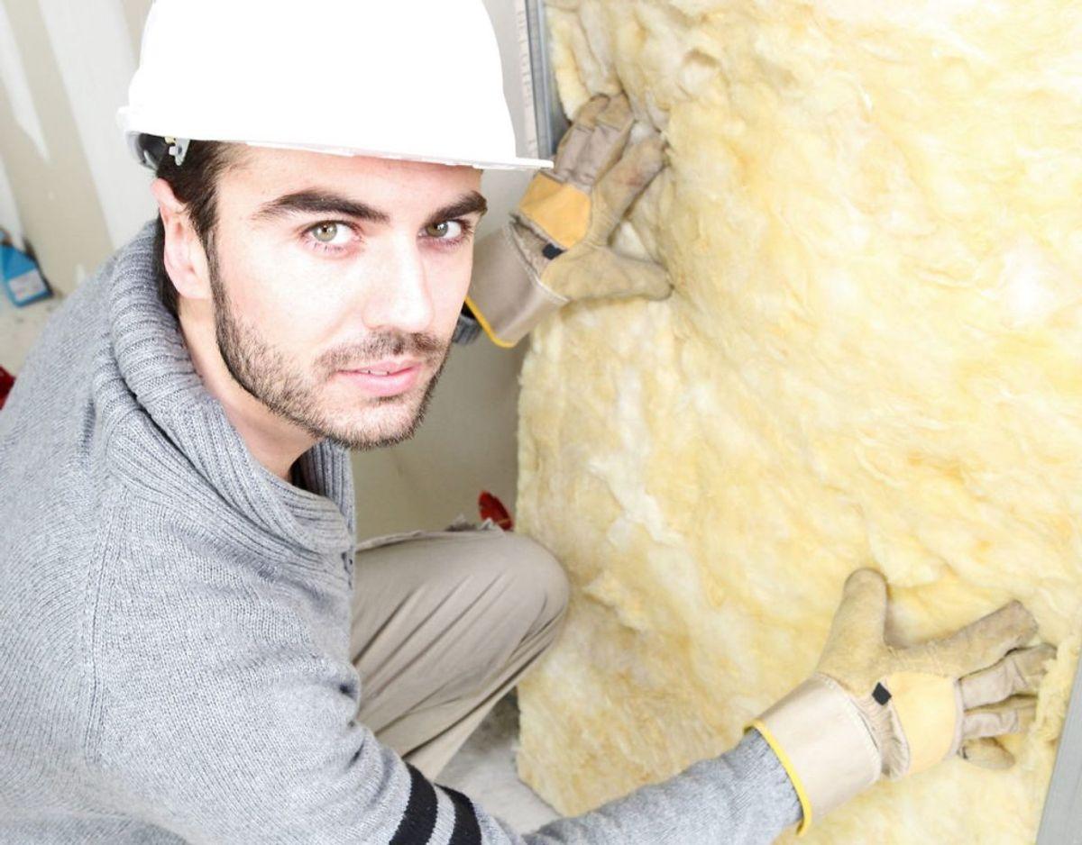 Omkring en tredjedel af al varme slipper gennem utætte vægge. Derfor er det en god idé at tjekke ens isolering. Foto: Scanpix